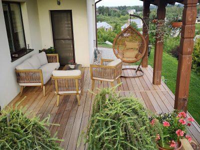 Lauko baldai terasoje